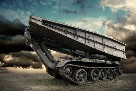 tanque de guerra: Tanque militar bajo el cielo Foto de archivo