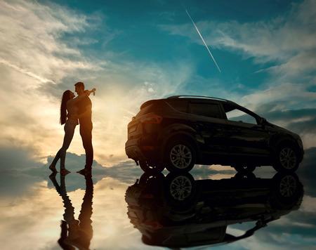 dream car: Silueta de la felicidad pareja alojarse cerca del nuevo coche bajo el cielo con reflejo Foto de archivo