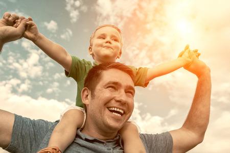 hombres jovenes: Hijo de estar en el padre bajo el cielo hermoso Foto de archivo
