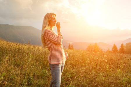 mujeres felices: Mujer de la felicidad permanecer al aire libre bajo la luz del sol de la puesta del sol