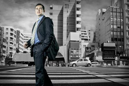 crossroad: Hombre de negocios hablando por tel�fono en la encrucijada Foto de archivo