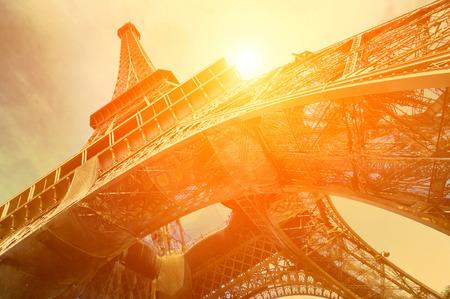 에펠 탑은 태양 빛에서 세계에서 가장 인식 할 수있는 명소 중 하나입니다 스톡 콘텐츠