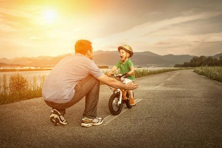 Vater und Sohn auf dem Fahrrad im Freien Standard-Bild - 36332298