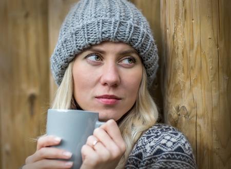 bebidas frias: Hermosa rubia bebida femenina café uoutdoor