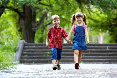 Glück Bruder und Schwester Spaß im Freien unter Sonnenlicht