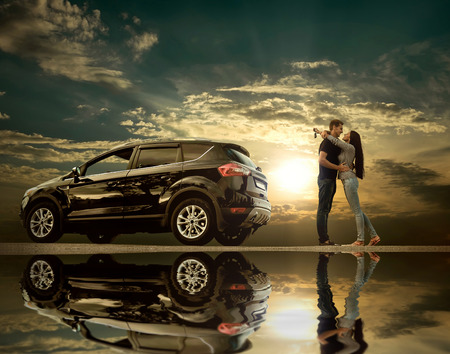 반사와 함께 하늘 아래 새 차 근처 행복 부부 남아 스톡 콘텐츠