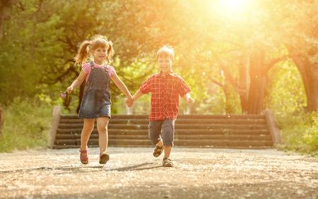 niños jugando: Niño y niña Felicidad diversión al aire libre bajo la luz solar Foto de archivo