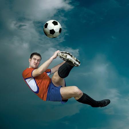 jugador de futbol: Jugador de fútbol con la bola en la acción exterior Foto de archivo