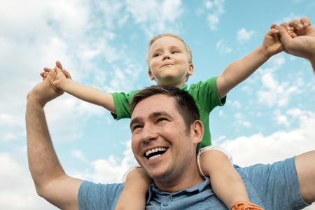 Hijo de estar en el padre bajo el cielo hermoso Foto de archivo - 40870484