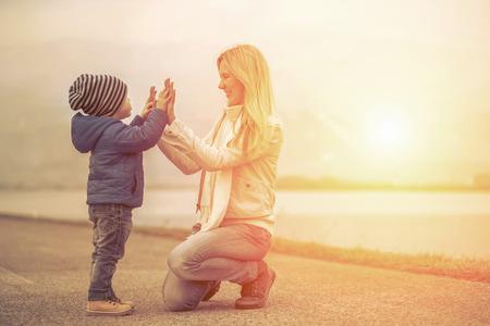 Geluk moeder en zoon onder de zon licht Stockfoto