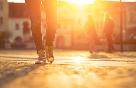 persona caminando: Womansfoots en la calle en d�a soleado. Foto de archivo