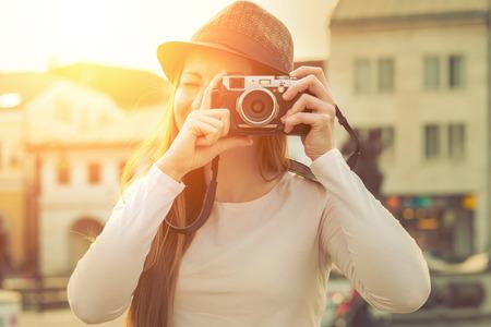 hombre disparando: Turista con cámara de fotos disparando en la calle Foto de archivo