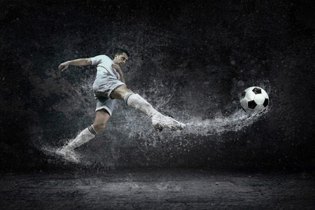 jugador de futbol: Splash de gotas alrededor de jugador de fútbol bajo el agua