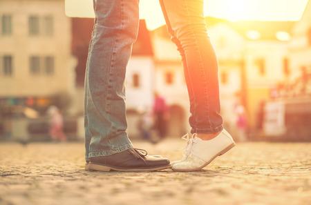 pies masculinos: Parejas de sedimentos se quedan en la calle bajo la luz del sol