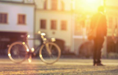 dia soleado: Hombre enmascarado con estancia bicicle en la calle en día soleado. Foto de archivo