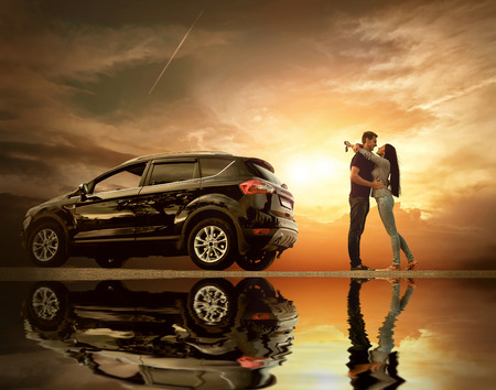 幸せカップルが反射と空の下で新しい車の近くに滞在します。