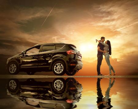 novios besandose: Pares de la felicidad estar cerca del nuevo coche bajo el cielo con reflejo Foto de archivo