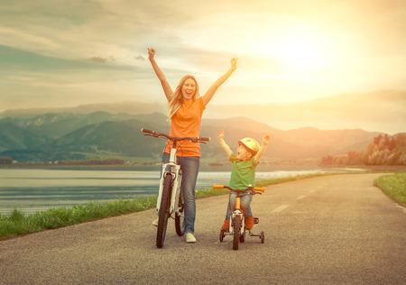 幸せ母と息子前面展望下り屋外の自転車
