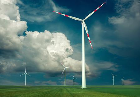 turbina: Molinos de viento al aire libre bajo el cielo.