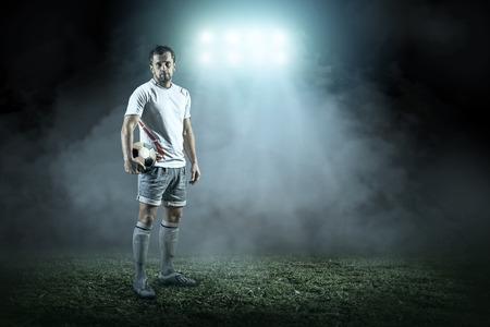 terrain football: joueur de football avec le ballon dans l'action extérieur