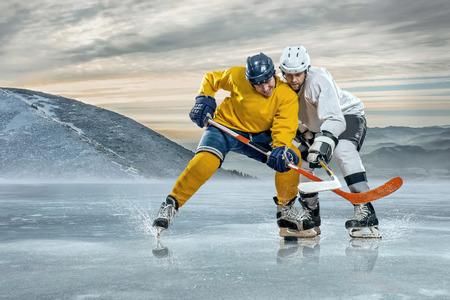 hockey hielo: Jugador de hockey sobre hielo en el hielo en las montañas