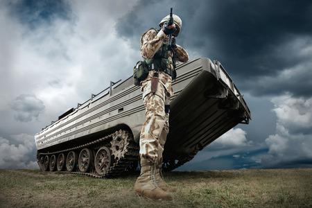 tanque de guerra: El tanque militar y soldado al aire libre. Foto de archivo
