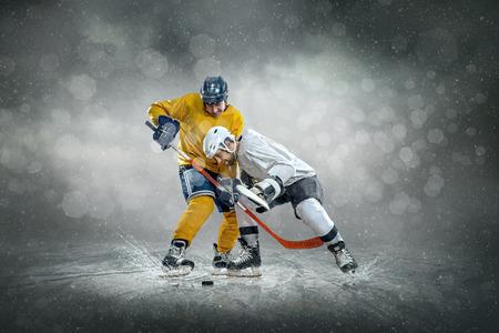 屋外氷の上のアイス ホッケー プレーヤー 写真素材