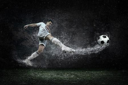 jugador de futbol: Splash de gotas alrededor de jugador de f�tbol bajo el agua