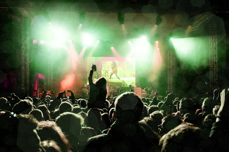 록 콘서트, 행복 사람들의 실루엣 손을 올리는