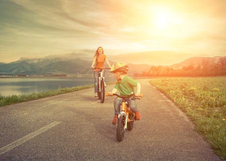 madre: Madre Felicidad e hijo en las bicicletas Funning aire libre