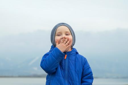 felicidad: Retrato de aire libre felicidad infantil. Foto de archivo