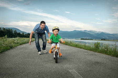 bicicleta: Padre Felicidad e hijo en la bicicleta al aire libre Foto de archivo