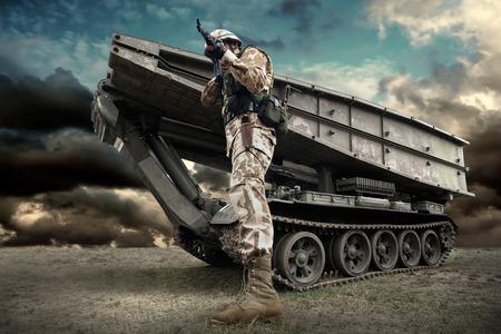 El tanque militar y soldado al aire libre. Foto de archivo