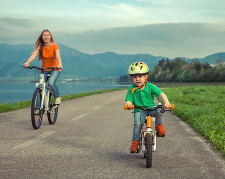 madre e hijo: Madre Felicidad e hijo en las bicicletas Funning aire libre