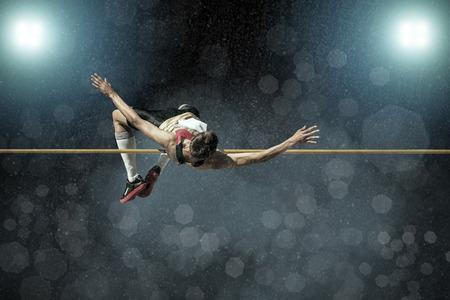 personas saltando: Atleta en la acción de salto de altura.