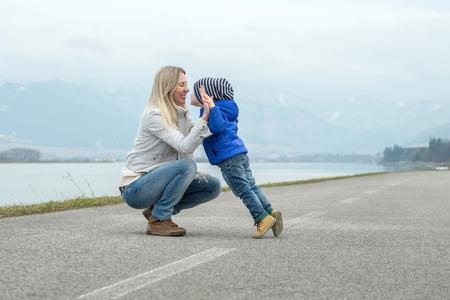 madre e hijo: Madre e hijo al aire libre Felicidad funning