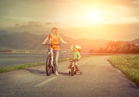 madre e figlio: Felicità Madre e figlio per le biciclette Funning all'aperto