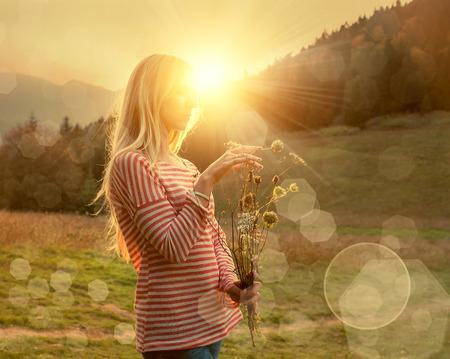 felicidad: Mujer de la felicidad permanecer al aire libre bajo la luz del sol de la puesta del sol