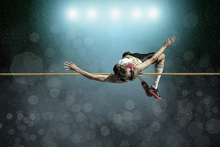 gente saltando: Atleta en la acción de salto de altura.