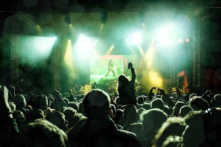 ロック コンサート、手を上げる幸せな人々 のシルエット