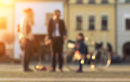 dia soleado: Pareja enmascarado con estancia bicicle en la calle en día soleado. Foto de archivo