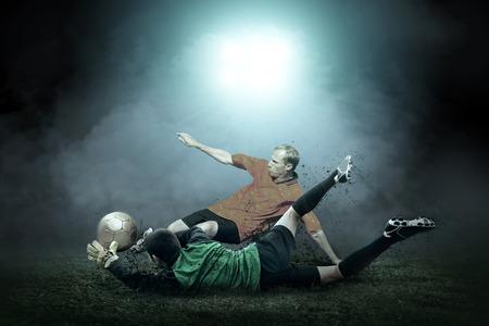 ballon foot: joueur de football avec le ballon dans l'action extérieur