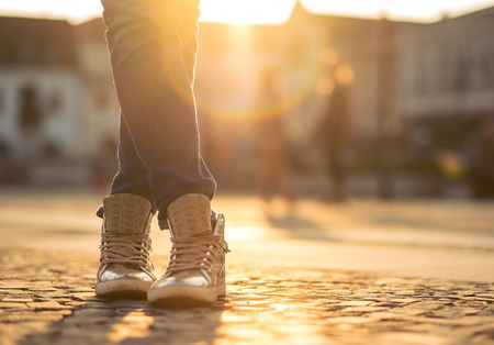 Womansfoots auf der Straße am sonnigen Tag. Lizenzfreie Bilder