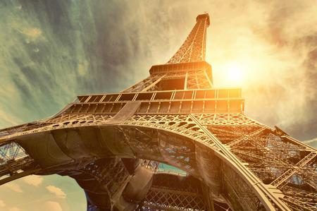 słońce: Wieża Eiffla jest jednym z najbardziej rozpoznawalnych zabytków na świecie pod światło słoneczne Zdjęcie Seryjne