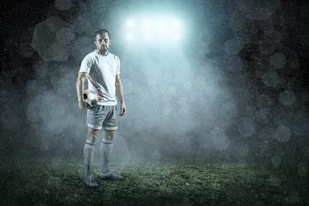 cancha de futbol: Jugador de fútbol con bola en la acción exterior