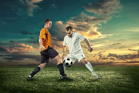 pelota de futbol: Jugador de fútbol con bola en la acción exterior.