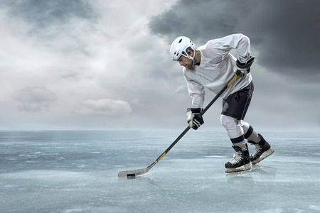 hockey sobre hielo: Jugador de hockey sobre hielo en el hielo en las monta�as