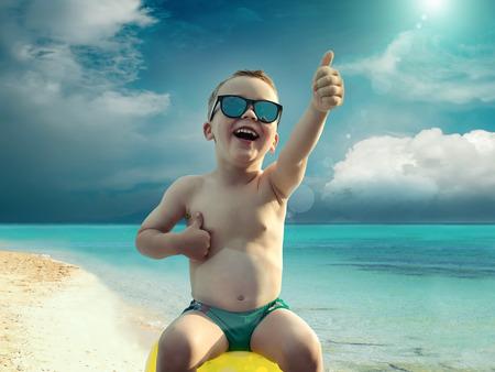 traje de baño: Niños en la diversión gafas de sol cerca del agua bajo la luz del sol