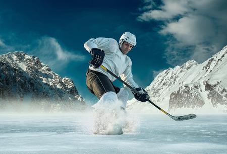 Ijshockeyspeler in actie buiten rond bergen