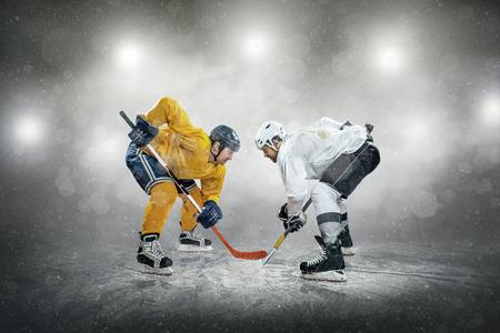Jugador de hockey sobre hielo en el hielo, al aire libre Foto de archivo - 44532267